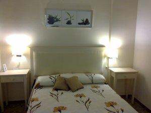 habitacion en estilo provenzal. muebles de roble decapado. cama de matrimonio